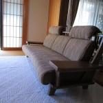 和モダンスタイルの木製フレームソファ